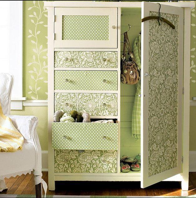 как украсить старый шкаф остатками обоев