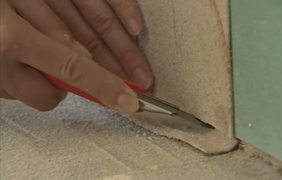 Обрезка излишек обоев гибкого камня