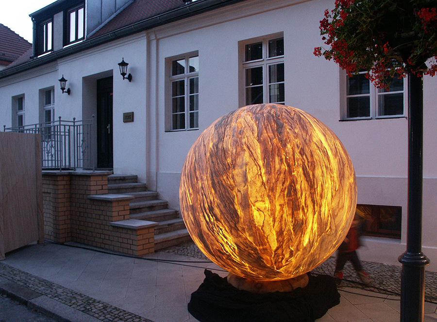 Уличный фонарь, сделанный с помощью гибкого камня
