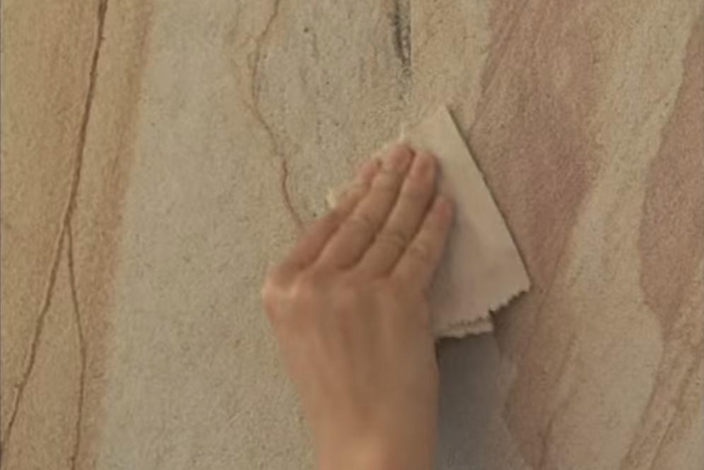 Затирка швов гибких песчаных обоев