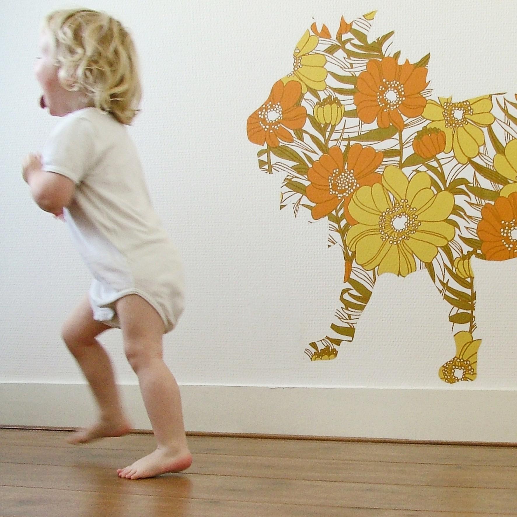 аппликация в детской комнате из остатков бумажных обоев