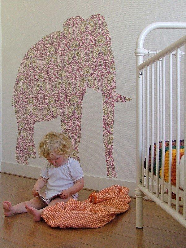 вариант аппликации с животными из остатков обоев в детской комнате