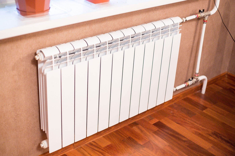 Как клеить обои за радиаторами: 2 способа